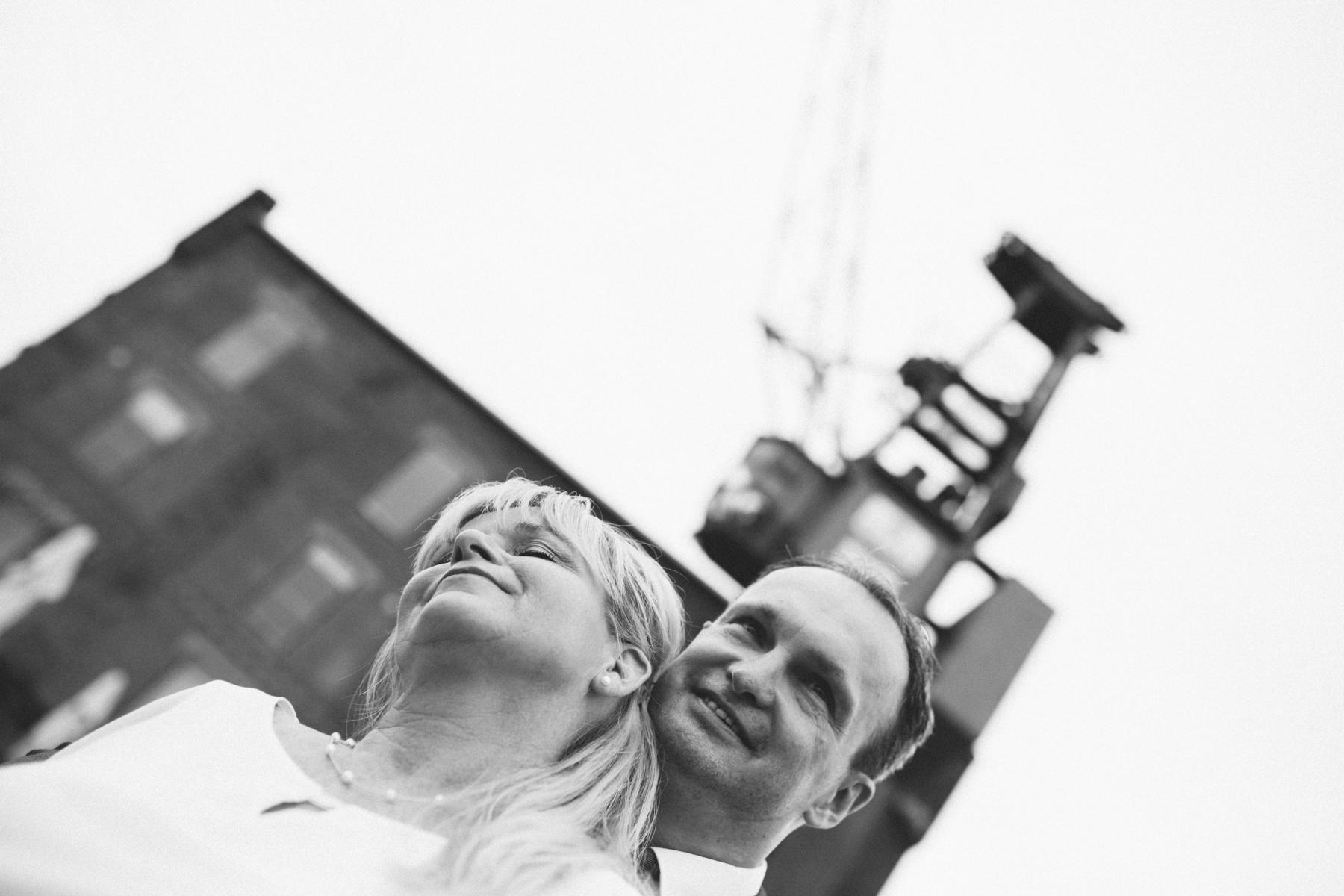 Braut und Bräutigam beim Fotoshooting vor dem Port XI in der Bremer Überseestadt