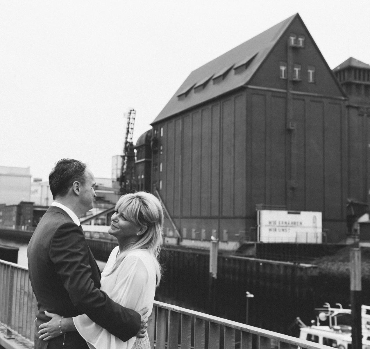 Braut und Bräutigam beim Fotoshooting in der Bremer Überseestadt