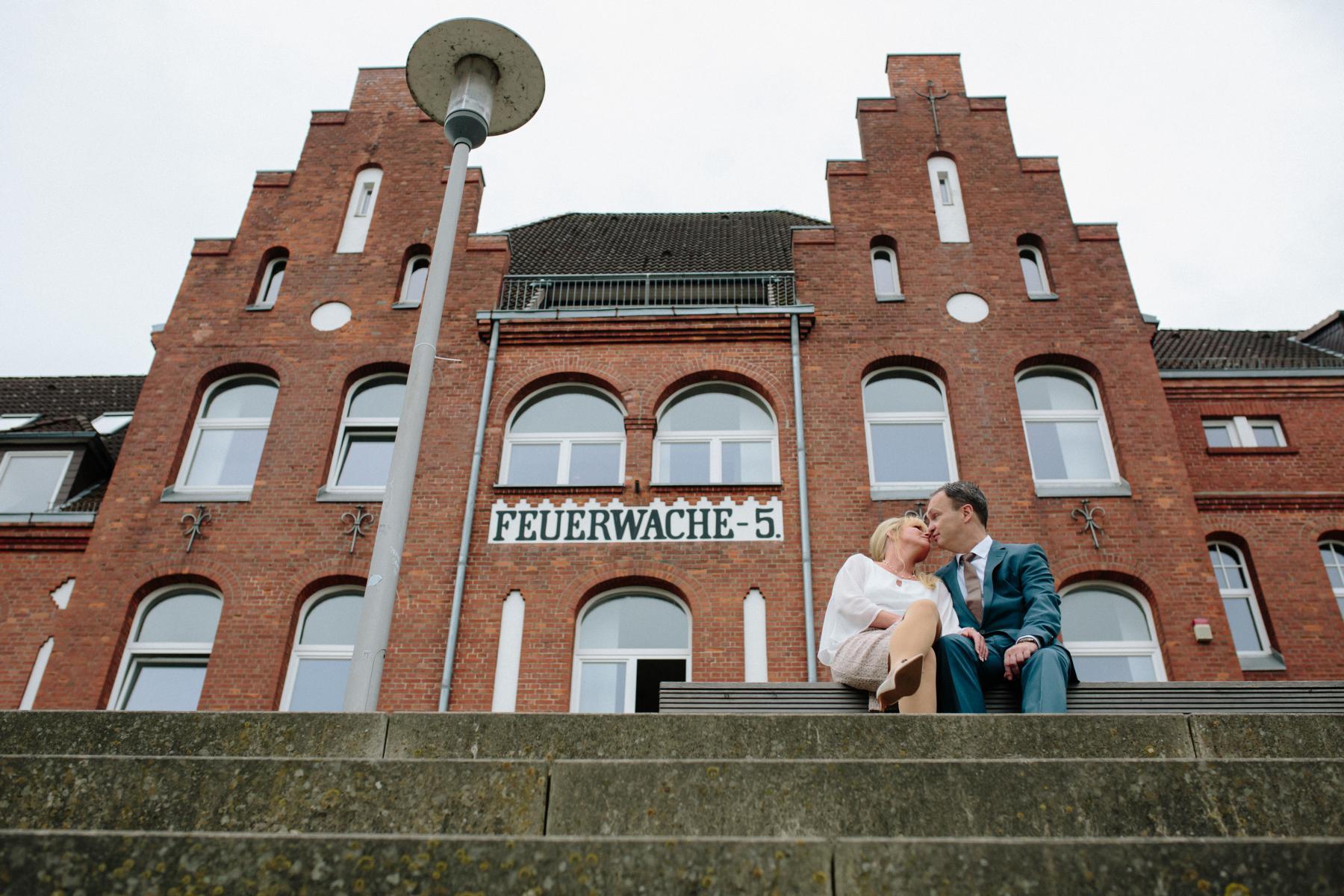 Brautpaar vor der Feuerwache in der Bremer Überseestadt